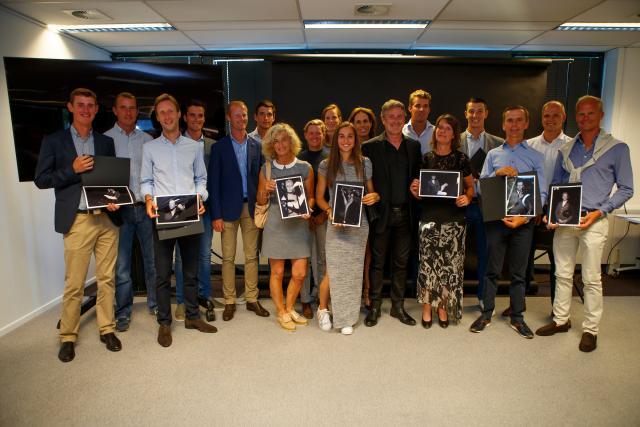 Les athlètes belges avec leurs portraits (Photo : Dirk Caremans)