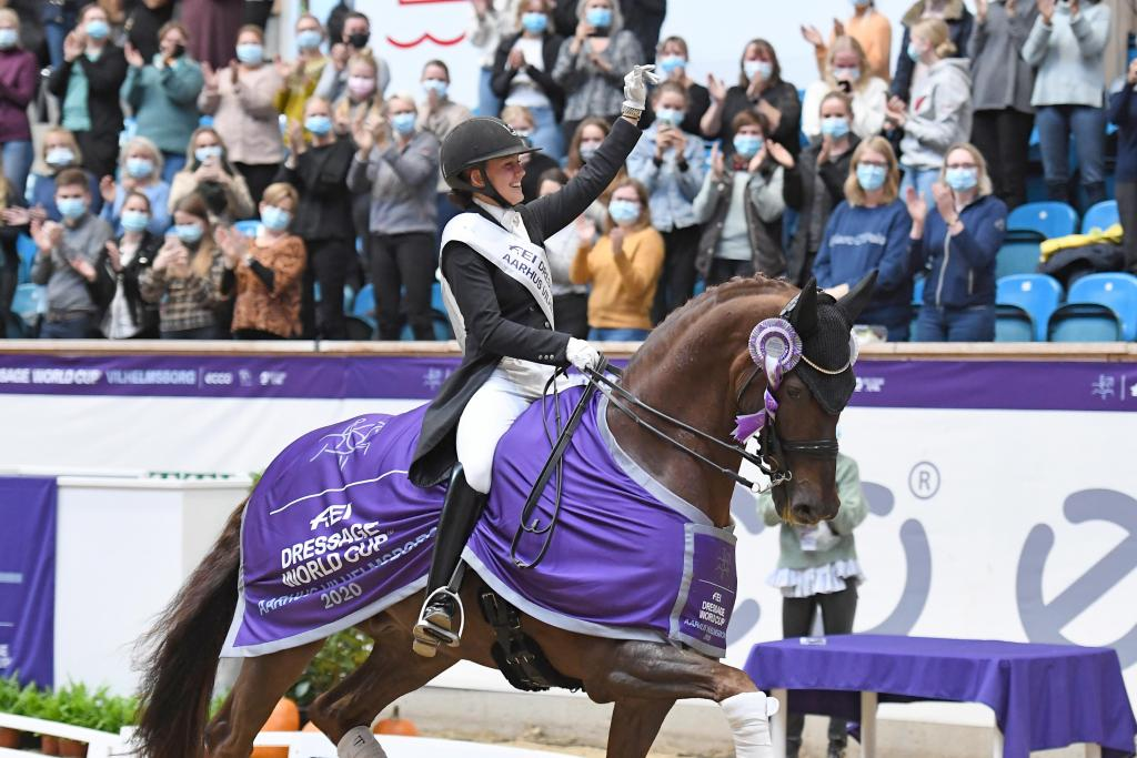 Cathrine Dufour et Bohemian lors de la remise des prix (crédit photo:FEI/Ridehesten.com/Annette Boe Østergaard)