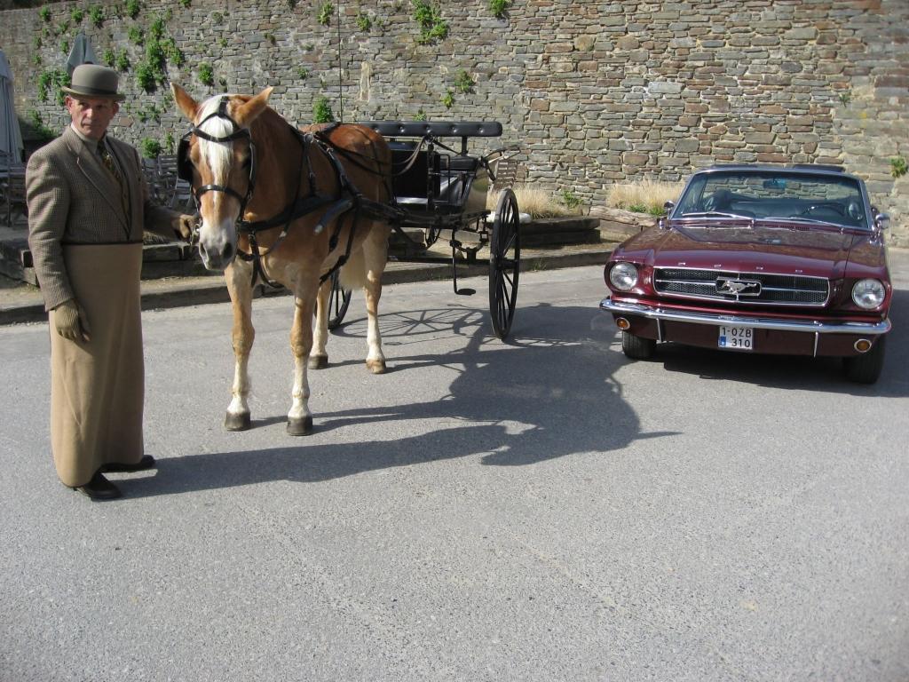 Un rallye car anglais à côté d'une Mustang d'époque (Crédit photo : L'équimag)