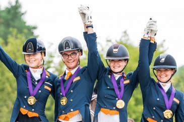 Le podium des Jeunes Cavaliers à Budapest avec les Pays-Bas en or. (Crédit photo: FEI/Lukasz Kowalski)