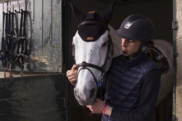 Les écouteurs spécialement conçus pour les chevaux par la société HorseCom (Crédit : HorseCom)