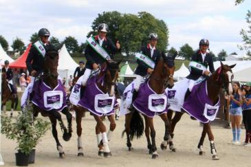 L'équipe de France vainqueur au Haras du Pin (Crédit photo: FFE/LC)