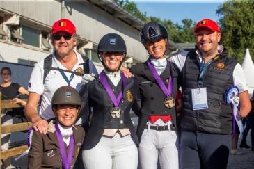 Les quatre cavaliers belges de para-dressage lors de la remise des médailles individuelles à Rotterdam (Crédit photo: Equibel/Dirk Caremans)