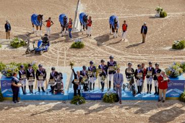 Le podium par équipes (Photo FEI/Liz Gregg)