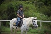 Le petit garçon a réalisé son rêve en s'offrant son poney blanc. (Crédit : Juliana Kent sur Facebook)