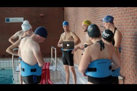 Embedded thumbnail for Les cavaliers se jettent à l'eau